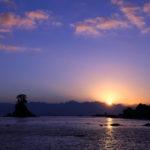 日の出スポット雨晴海岸で立山から登る幻想的な日の出を眺める。