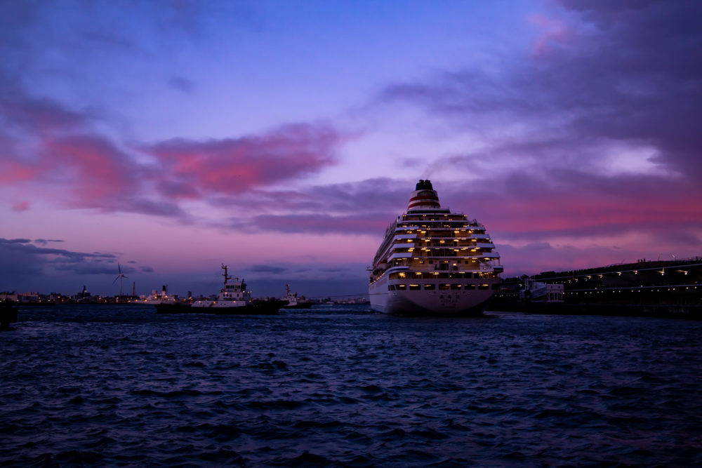 横浜みなとみらい・大桟橋で夕焼けの中、クルーズ客船「飛鳥II」の出港を見送ってきた。(2019.1.26)