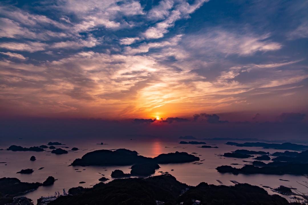 石岳展望台での夕焼けは春霞を味方につけると幻想的な景色が広がる。
