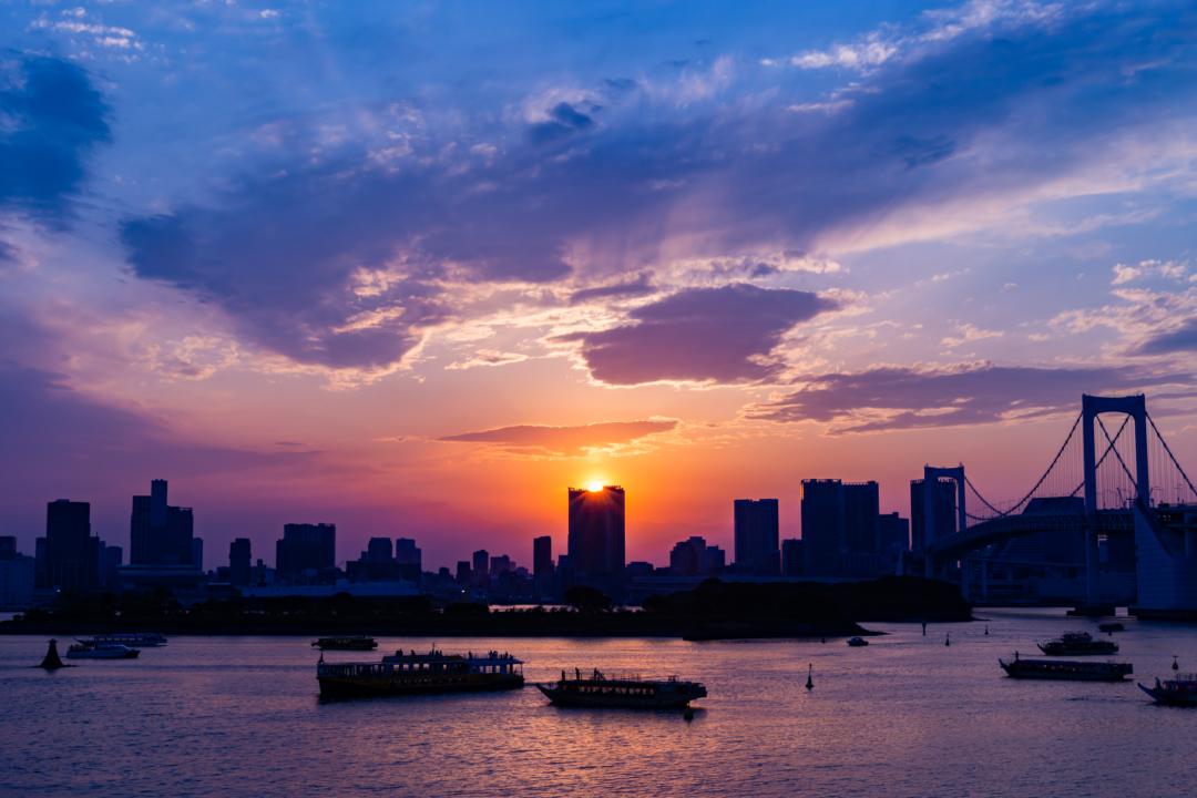 東京有数の夕焼けスポット・お台場海浜公園でビル群のシルエットと海に反射する夕日を見てきた。