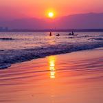 片瀬海岸西浜で夕焼けが反射する砂浜は絶景。