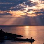 知床有数の夕焼けスポット夕陽台で灯台と海に反射する夕日が絶景だった。