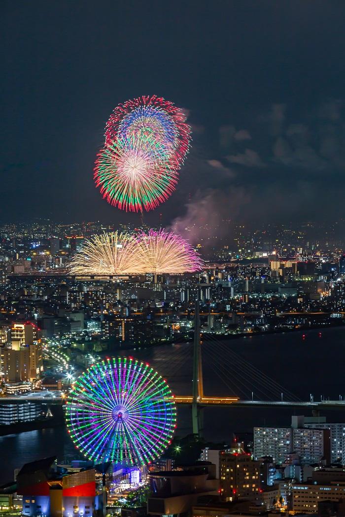 さきしまコスモタワーから淀川花火大会を望遠で撮る。夕焼け、夜景も同時に楽しめる穴場の混雑具合、場所取りなどを紹介。