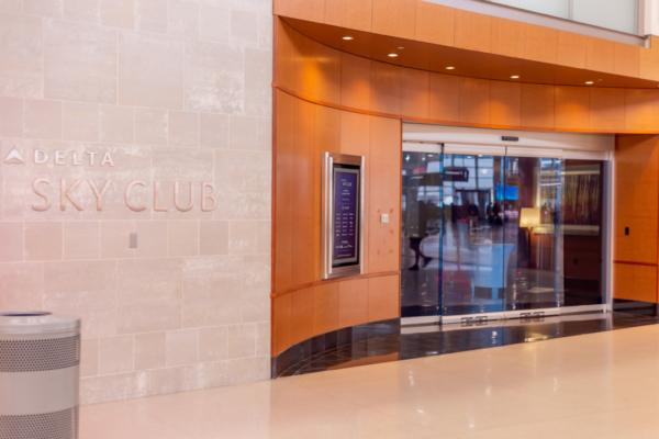 デトロイト空港のデルタ航空ラウンジSKYCLUBの入場条件、混雑、食事、座席を紹介。
