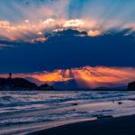 七里ガ浜から見る江ノ島の天使の梯子の夕焼けは格別。