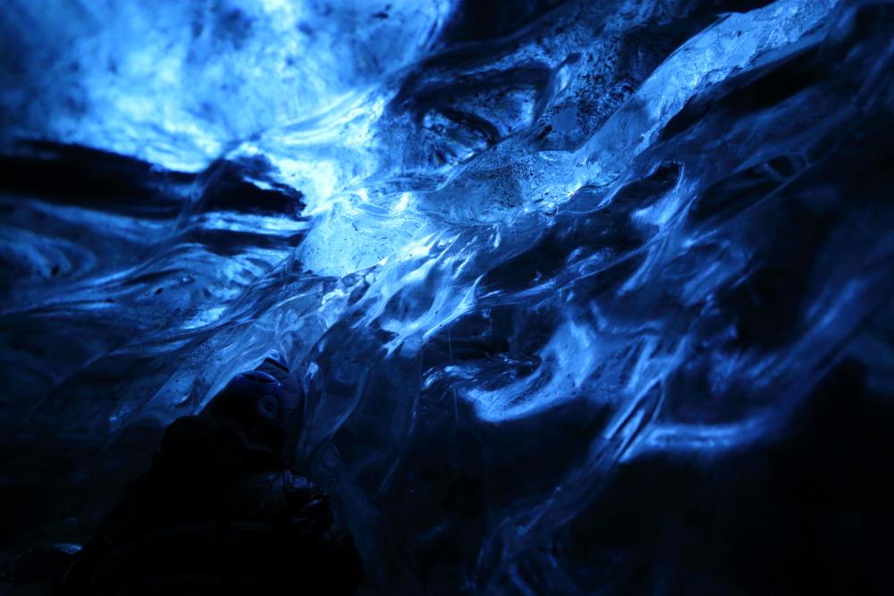 アイスランド・氷の洞窟で光り輝く青の異世界。