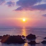 伊豆の日の出スポット爪木崎は岩のシルエットが美しい。