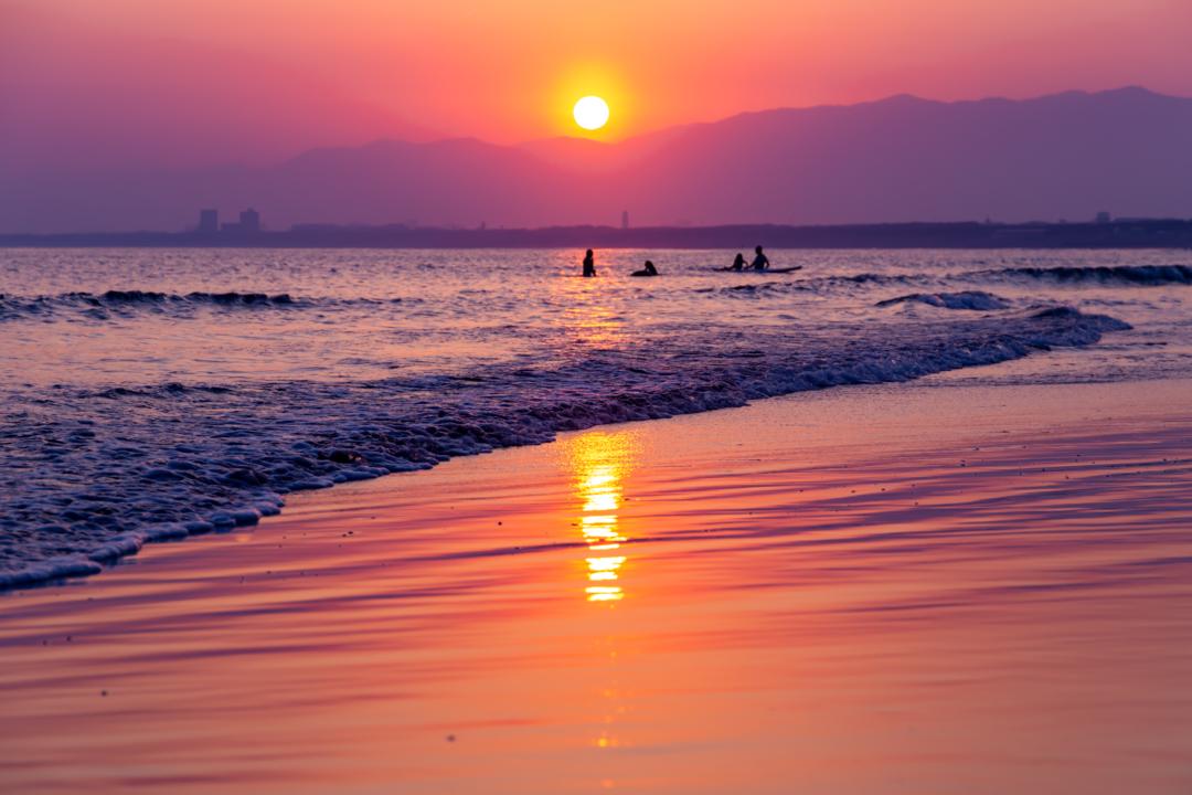 片瀬海岸西浜で夕焼けが反射する砂浜は絶景。神奈川・江ノ島観光でおススメ。