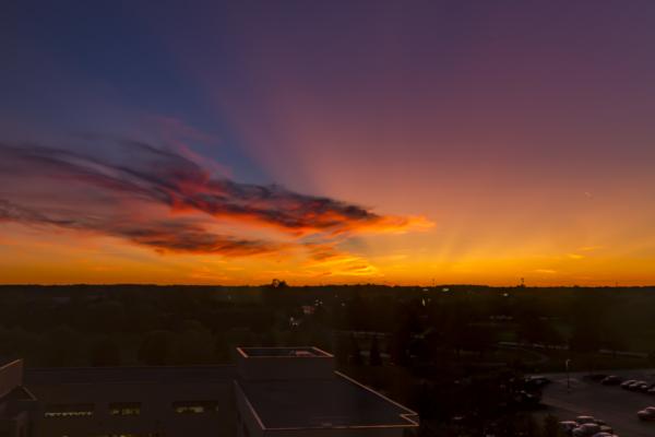 ミシガン州(Michigan)イプシランティ(Ypsilanti)の夕焼けをカメラ放置で捉える。